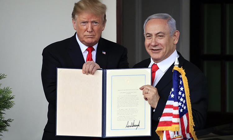 دونالد ترامپ رئیس جمهوری آمریکا روز دوشنبه پنجم فروردین و در مراسمی در کاخ سفید در کنار بنیامین نتانیاهو نخست وزیر اسرائیل، فرمان رسمی مالکیت اسرائیل بر بلندیهای جولان را امضا کرد.