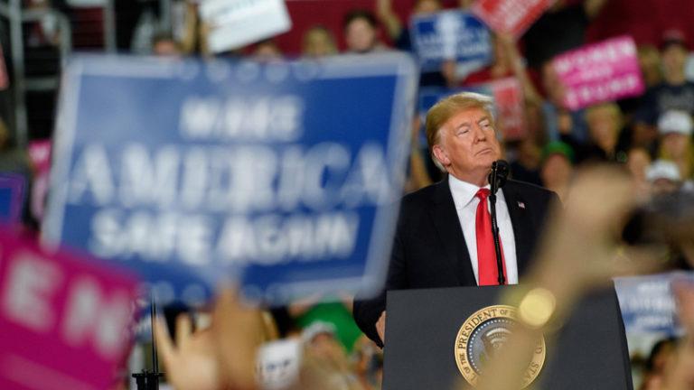 دونالد ترامپ رئیس جمهور آمریکا در میان هواداران میهن پرست